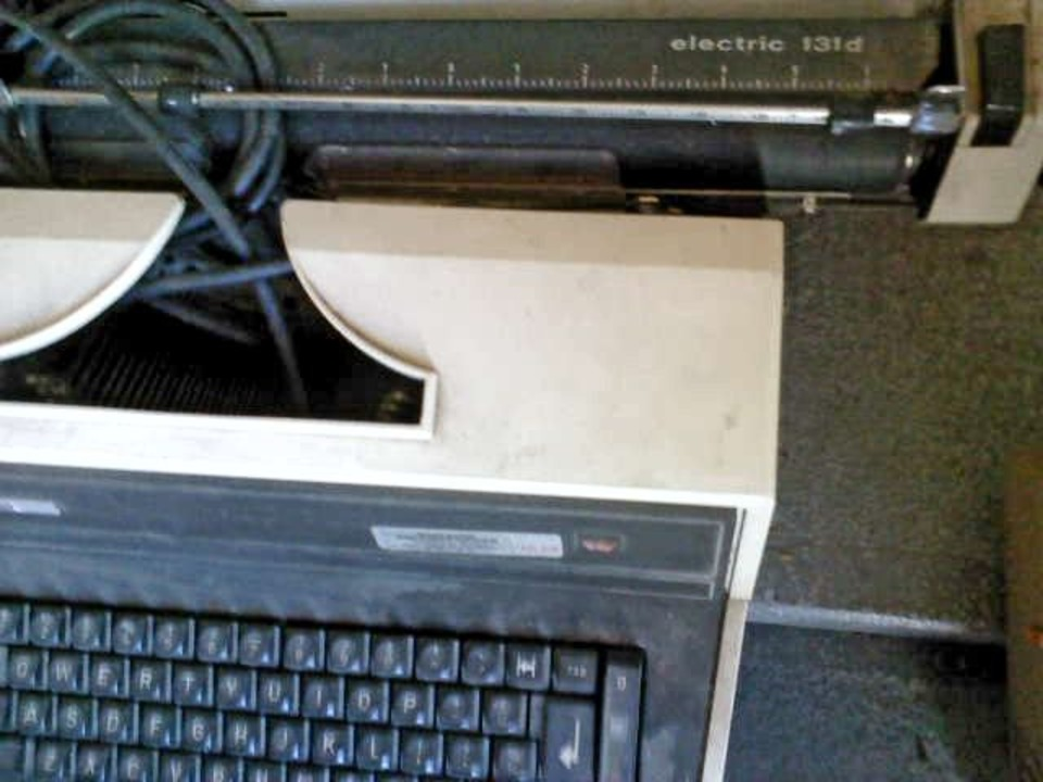 Masina de scris electrica Adler