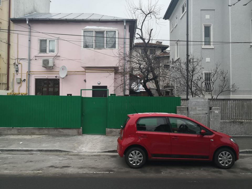 Parter Vila Cotroceni 3 camere 2 bai, curte amenajata in proprietate, renovat lux, liber.