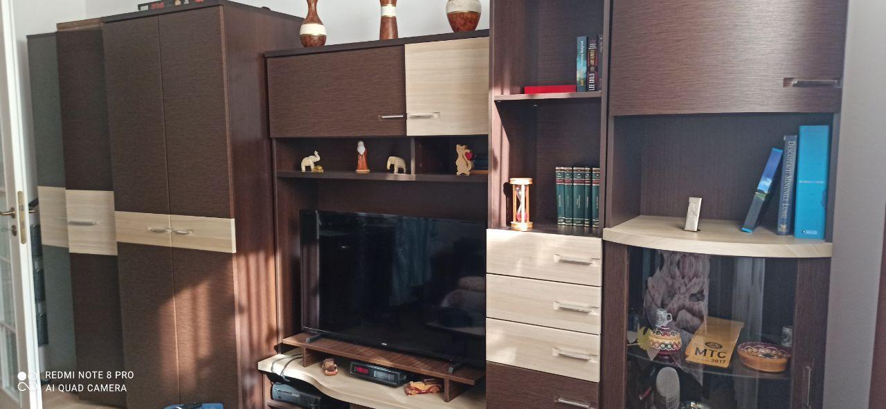 Mobila stare excelenta, 3.90 + birou, măsuță, canapea noua, bonus, covor, perdele
